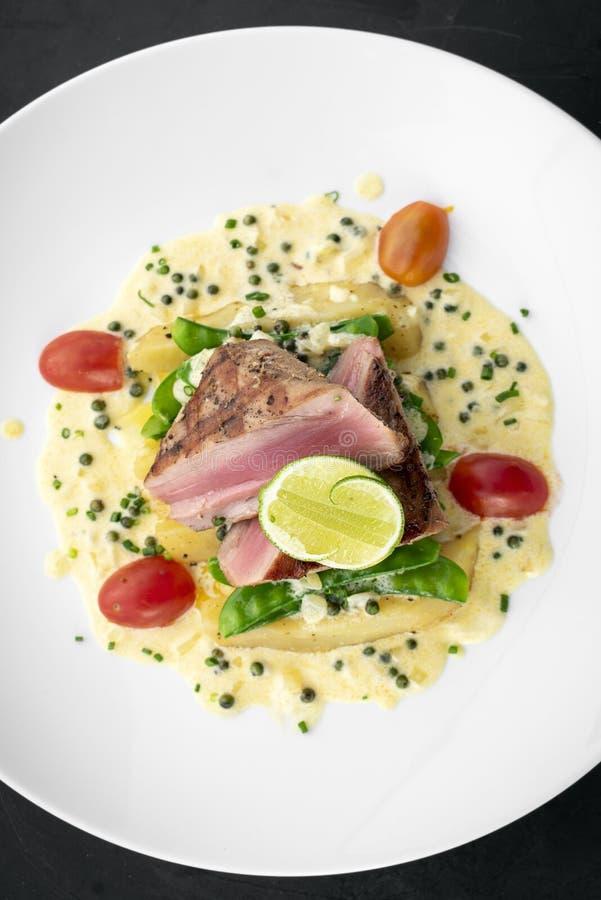Filete de atún chamuscado fresco con la salsa cremosa de la mostaza y de pimienta imagenes de archivo