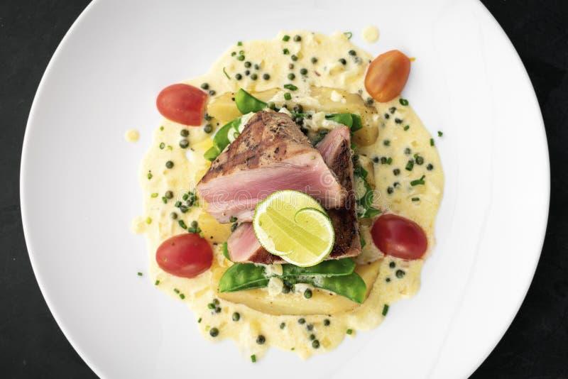 Filete de atún chamuscado fresco con la salsa cremosa de la mostaza y de pimienta foto de archivo libre de regalías