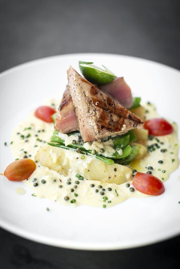 Filete de atún chamuscado fresco con la salsa cremosa de la mostaza y de pimienta fotos de archivo