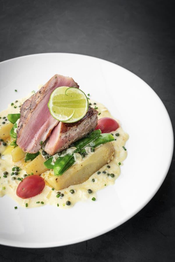 Filete de atún chamuscado fresco con la salsa de pimienta cremosa de la mostaza y del kampot fotografía de archivo libre de regalías