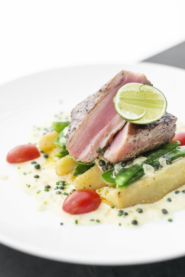 Filete de atún chamuscado fresco con la salsa de pimienta cremosa de la mostaza y del kampot imágenes de archivo libres de regalías