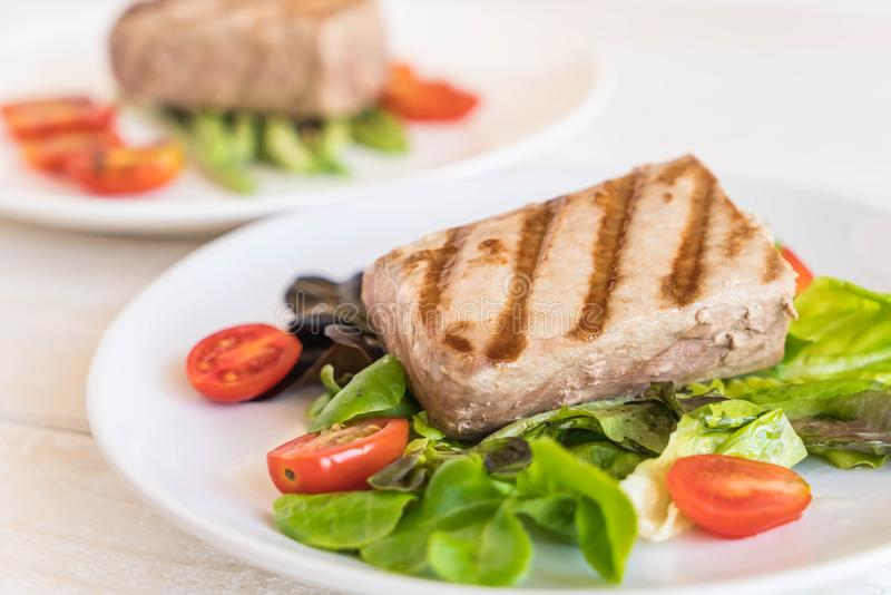 Filete de atún con la ensalada foto de archivo libre de regalías