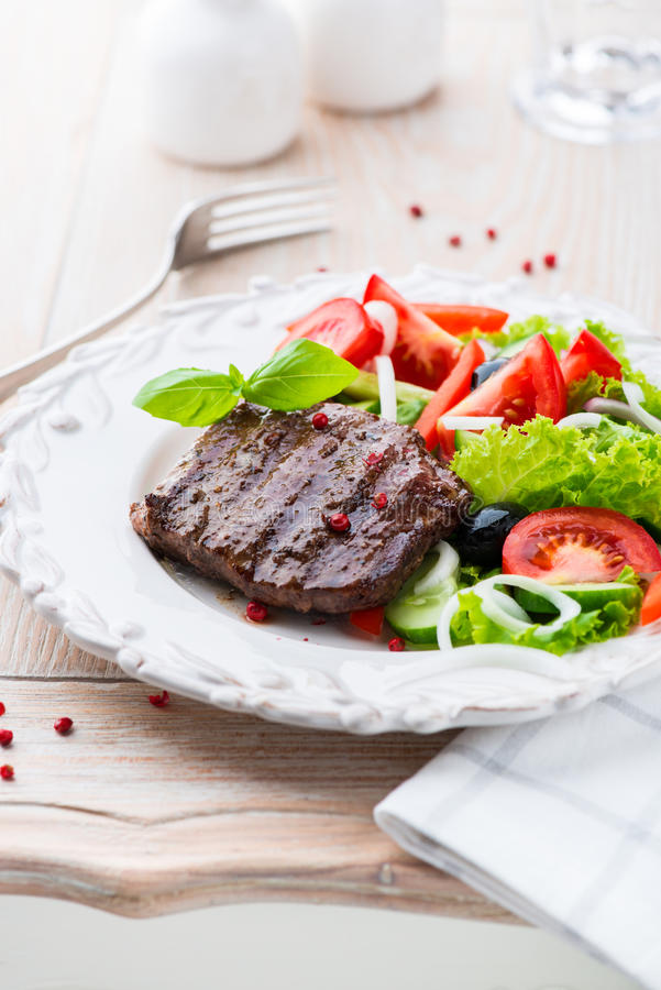 Filete de carne de vaca asado a la parilla con las verduras frescas imagenes de archivo