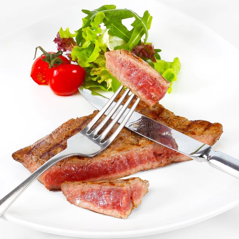Filete de carne de vaca asado a la parrilla con las verduras en la placa blanca imágenes de archivo libres de regalías