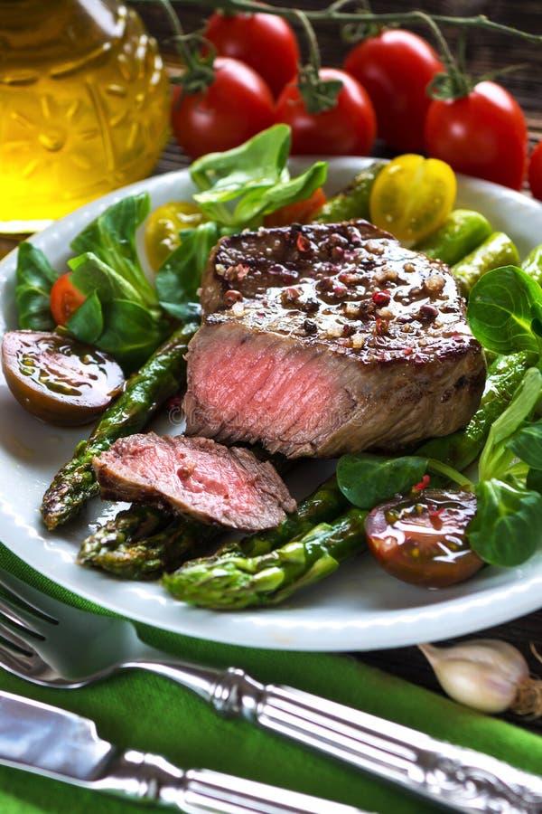 Filete de carne de vaca con el espárrago asado a la parrilla imagen de archivo libre de regalías