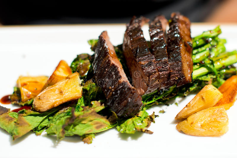 Filete de carne de vaca condimentado cobby con las hierbas y las patatas imagen de archivo libre de regalías