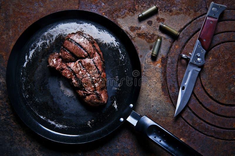 Filete de carne de vaca en un sartén foto de archivo