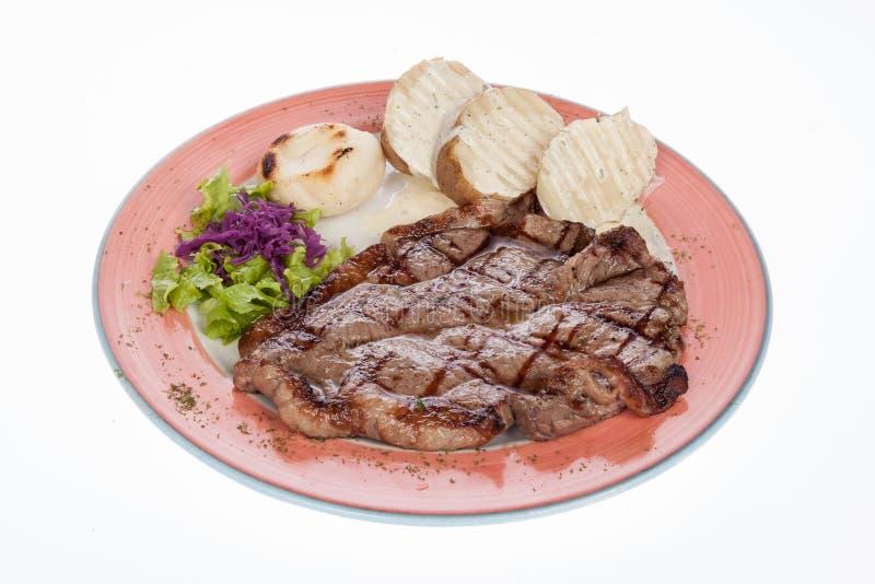 Filete de carne de vaca asado con las patatas y la ensalada cocidas al vapor imagen de archivo libre de regalías