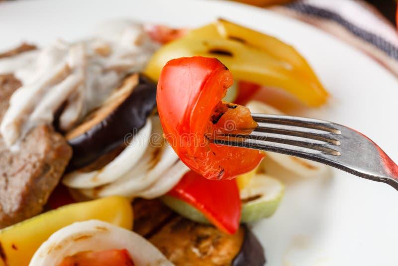Filete de carne de vaca asado a la parrilla y verduras cocidas fotografía de archivo libre de regalías