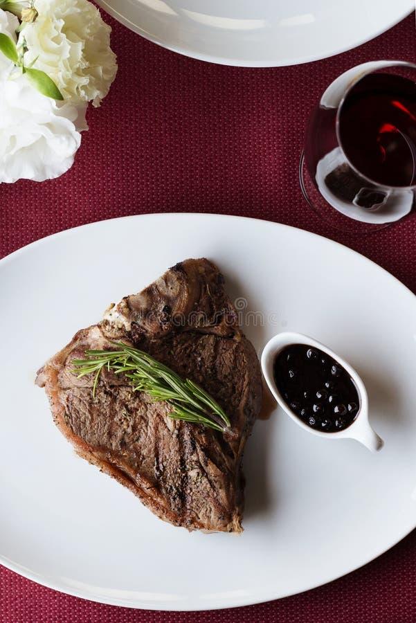Filete de carne de vaca con el vino rojo foto de archivo libre de regalías