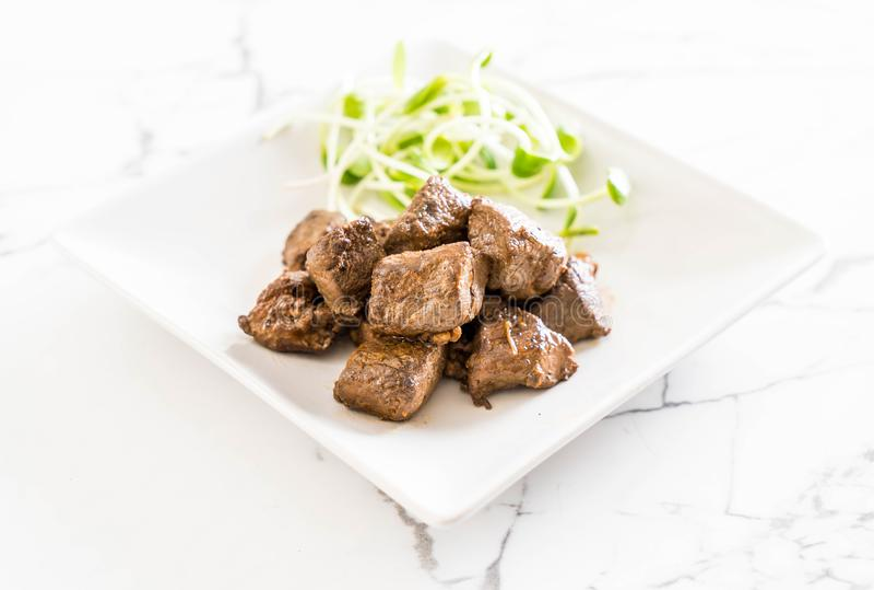 Filete de carne de vaca con la verdura imagenes de archivo