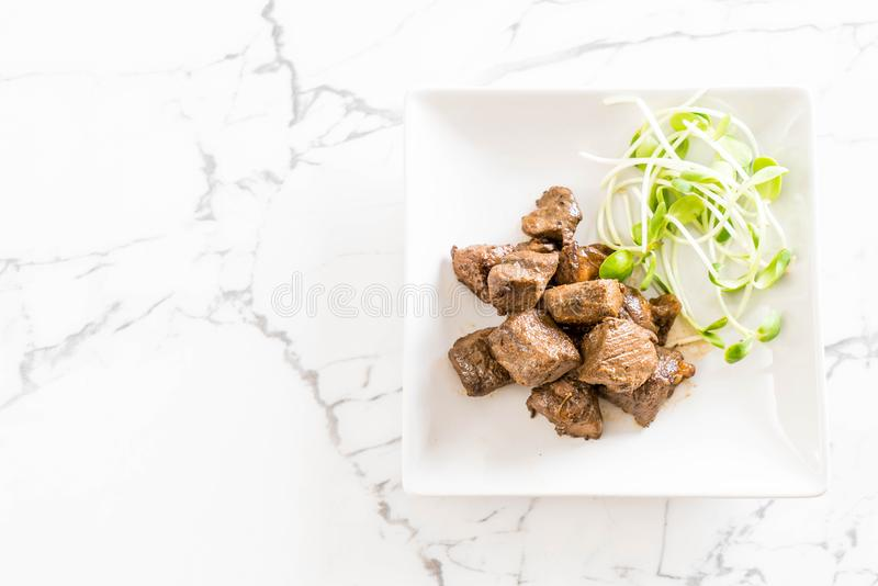 Filete de carne de vaca con la verdura fotos de archivo