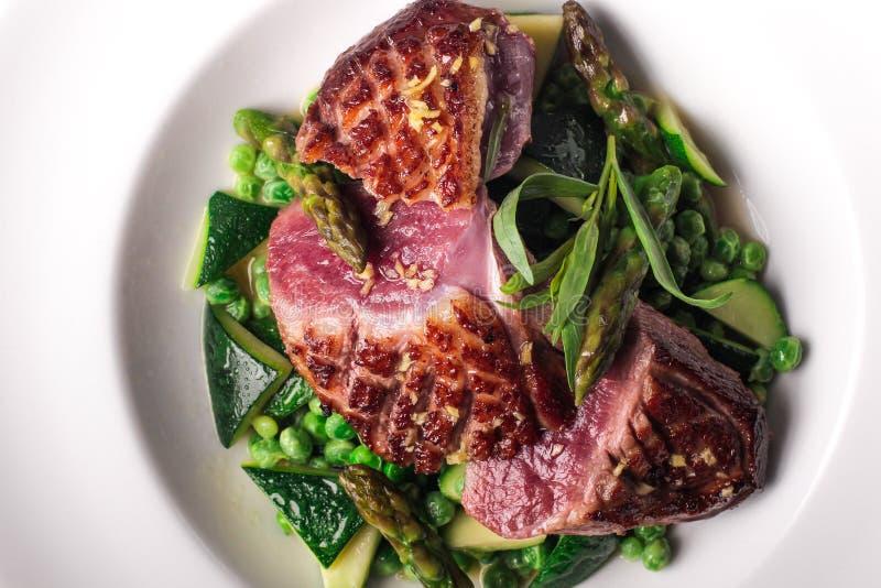 Filete de carne de vaca preparado con la decoración vegetal imagenes de archivo