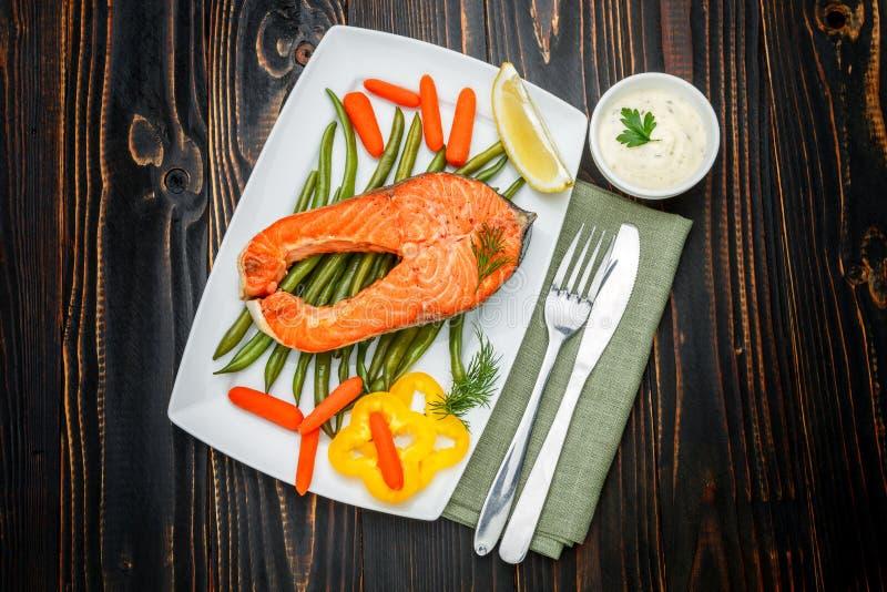 Filete de color salmón asado curruscante fotografía de archivo