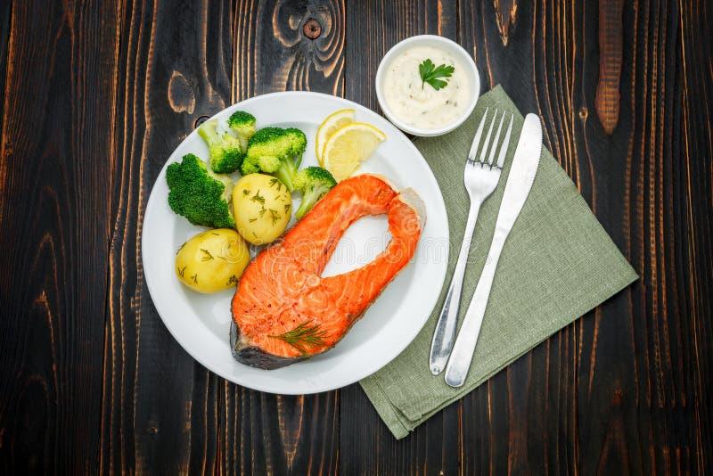Filete de color salmón asado curruscante foto de archivo libre de regalías