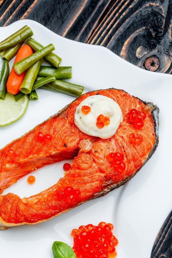Filete de color salmón asado curruscante fotos de archivo libres de regalías
