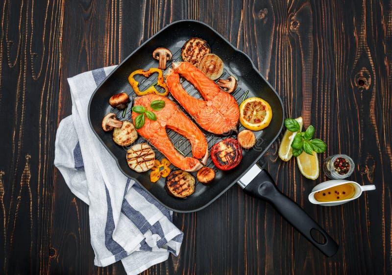 Filete de color salmón asado curruscante fotografía de archivo libre de regalías