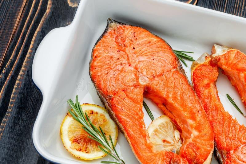 Filete de color salmón asado curruscante fotos de archivo