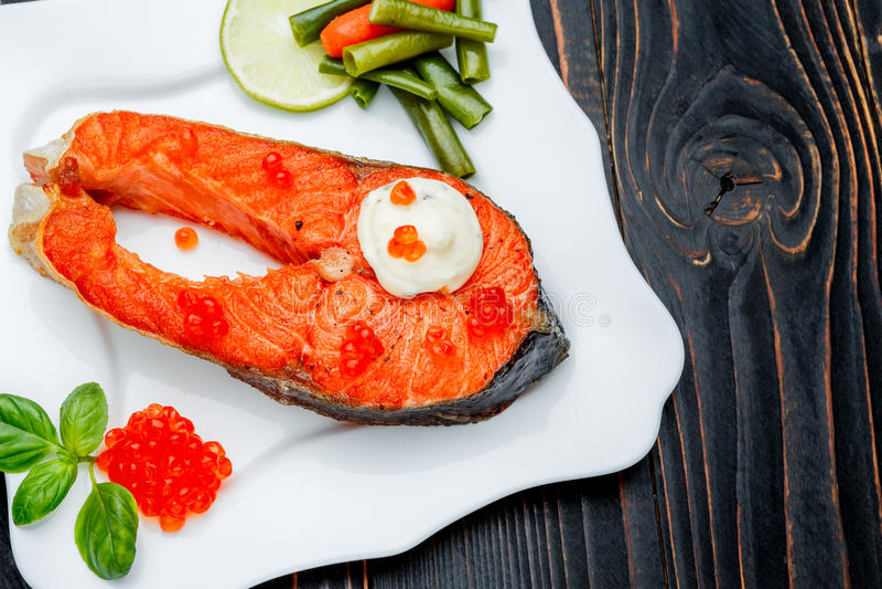 Filete de color salmón asado curruscante foto de archivo