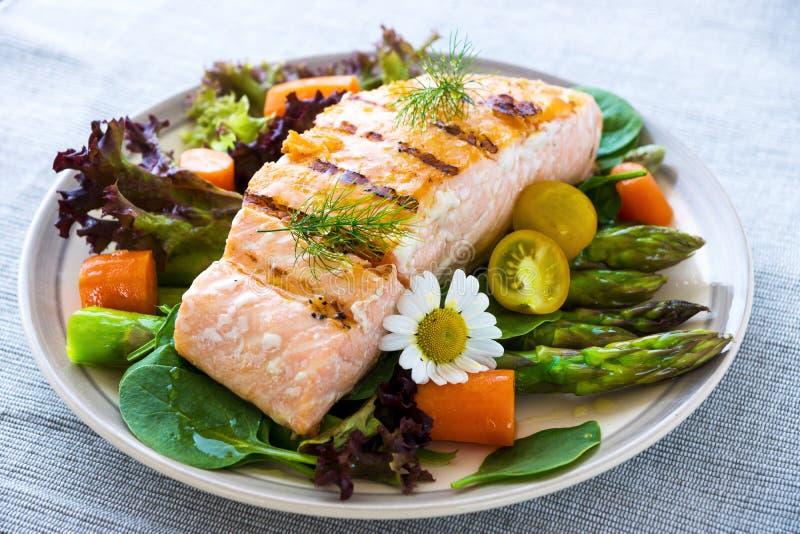 Filete de color salmón asado a la parilla imagenes de archivo