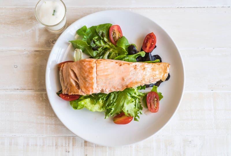 Filete de color salmón asado a la parilla fotografía de archivo