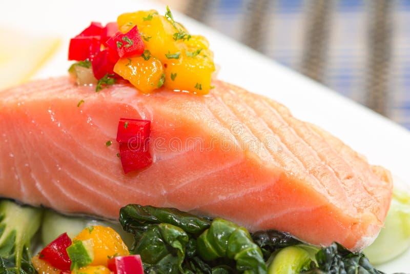 Filete de color salmón asado a la parrilla imagen de archivo