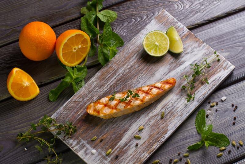 Filete de color salmón asado a la parrilla con las hierbas frescas imagen de archivo libre de regalías