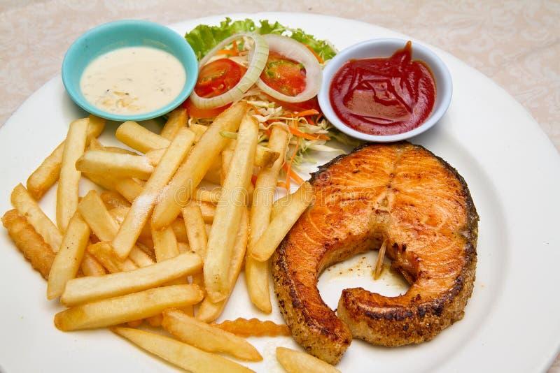 Filete de color salmón asado a la parrilla curruscante imagen de archivo libre de regalías