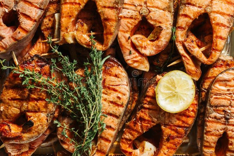 Filete de color salmón asado a la parrilla en flamear Cierre para arriba fotografía de archivo