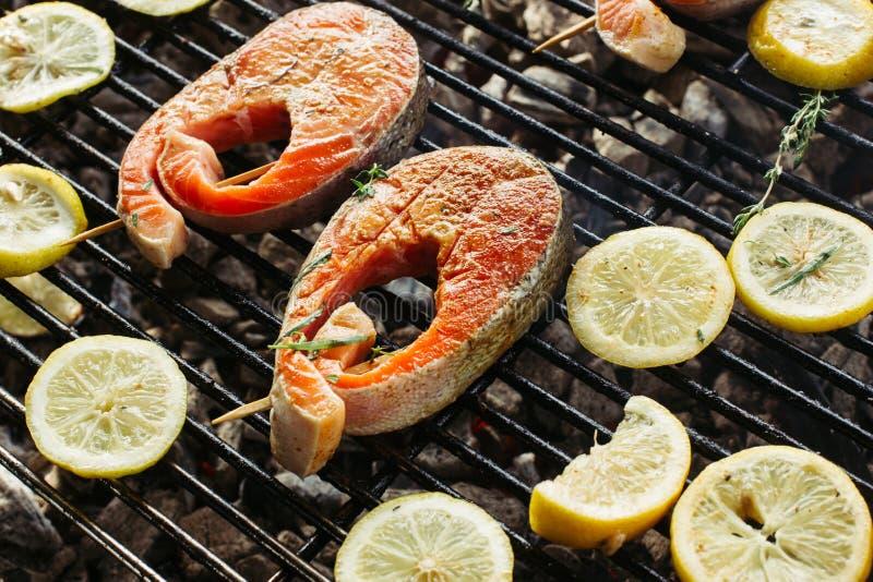 Filete de color salmón asado a la parrilla en flamear Vista lateral imagen de archivo libre de regalías