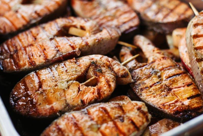 Filete de color salmón asado a la parrilla en flamear Vista lateral Primer imagenes de archivo