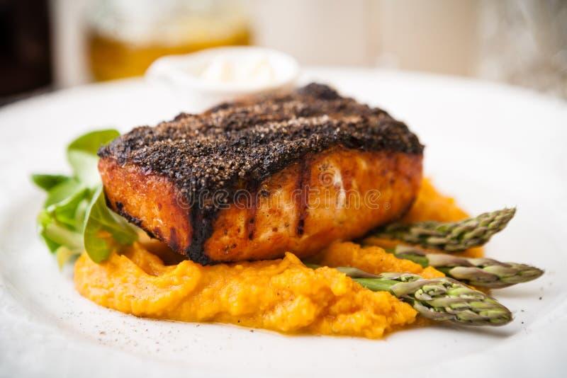 Filete de color salmón con el espárrago imagen de archivo