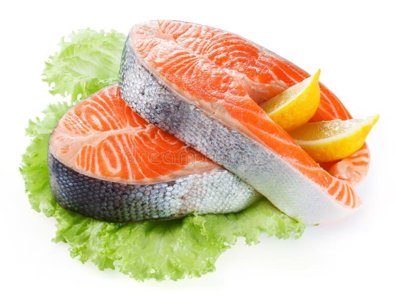 Filete de color salmón con el limón aislado en blanco fotos de archivo libres de regalías