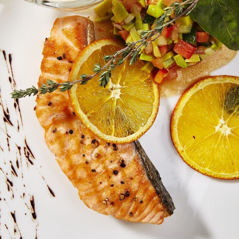 Filete de color salmón con la salsa vegetal fotografía de archivo libre de regalías