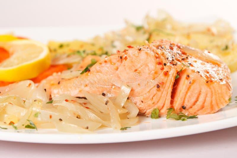 Filete de color salmón con las patatas imagen de archivo