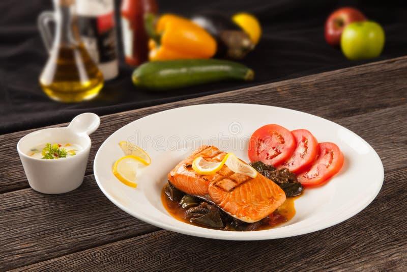 Filete de color salmón con las verduras y las especias imagenes de archivo