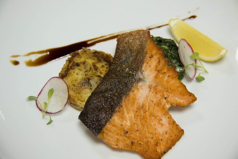 Filete de color salmón con los purés de patata fotografía de archivo