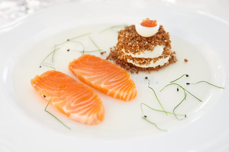 Filete de color salmón con pan y el caviar foto de archivo libre de regalías