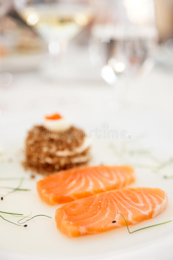 Filete de color salmón con pan y el caviar fotos de archivo libres de regalías