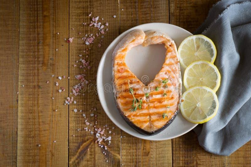 Filete de color salmón delicioso en una placa imagenes de archivo