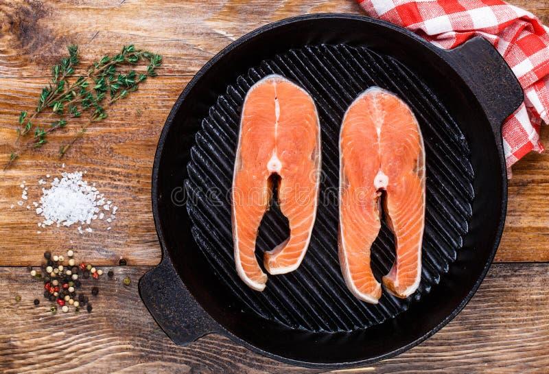 Filete de color salmón en cacerola de la parrilla foto de archivo