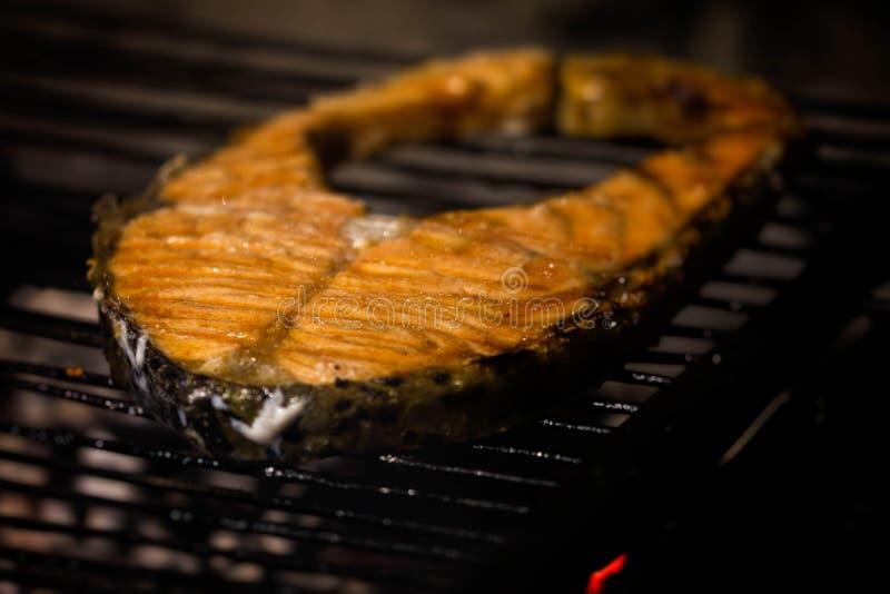 Filete de color salmón en parrilla fotos de archivo