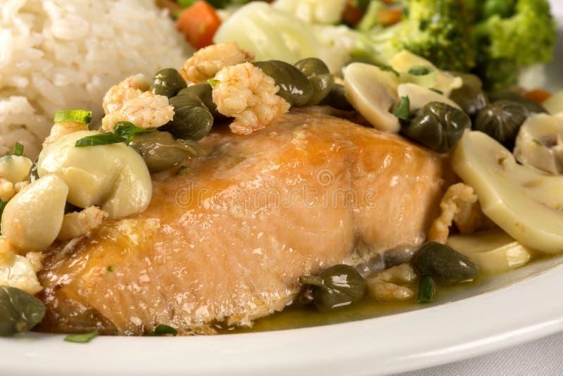 Filete de color salmón y verduras asados a la parrilla fotografía de archivo