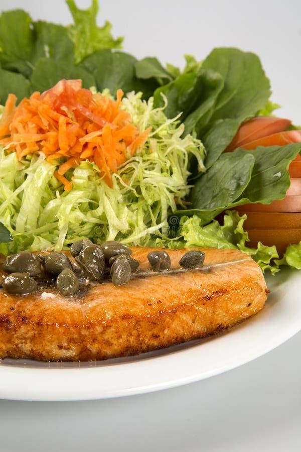 Filete de color salmón y verduras asados a la parrilla imagen de archivo libre de regalías