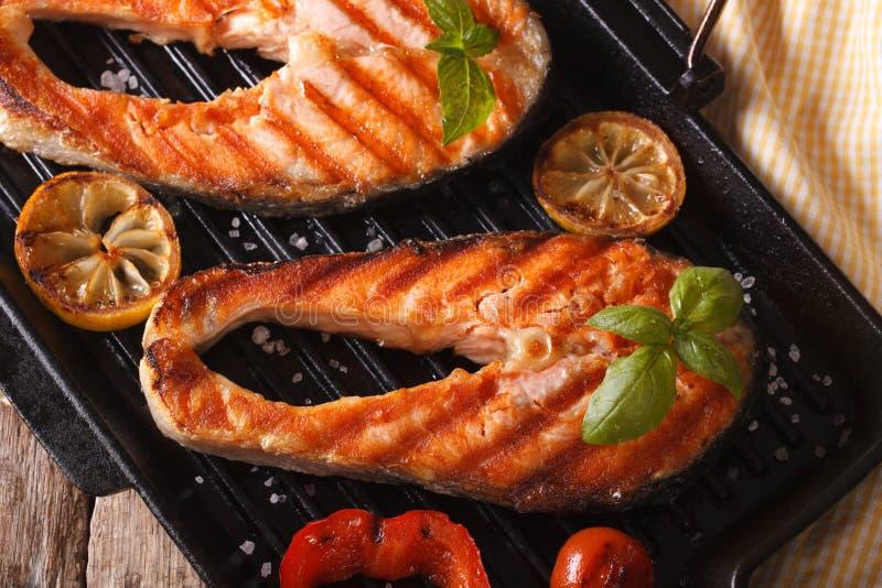 Filete de color salmón y verduras deliciosos en la cacerola de la parrilla foto de archivo libre de regalías