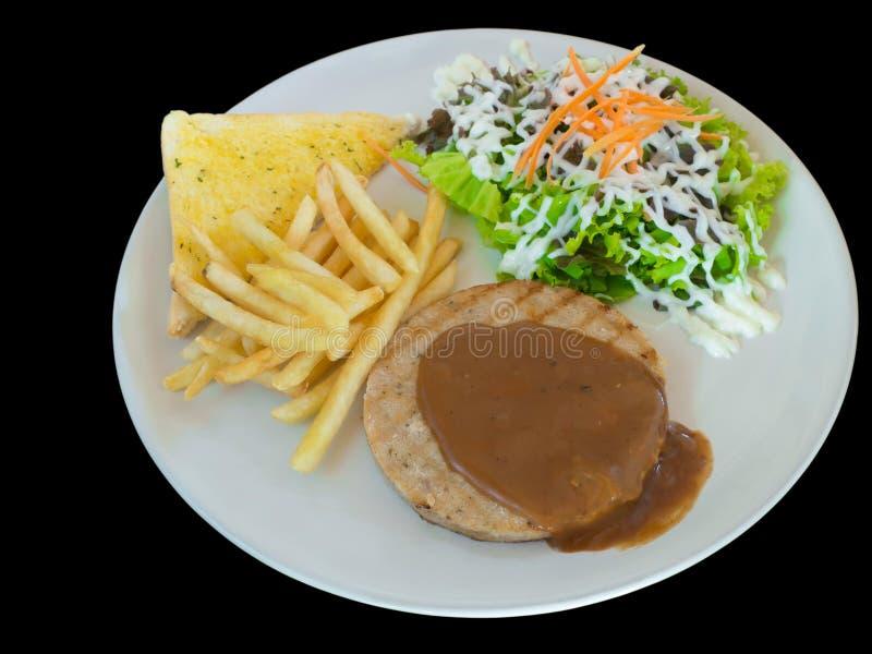 Filete de hamburguesas con las patatas fritas, el pan y la verdura aislados fotografía de archivo