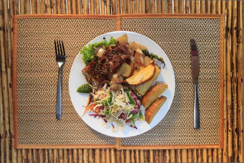 Filete de la barracuda del Khmer con la ensalada vegetal fotografía de archivo