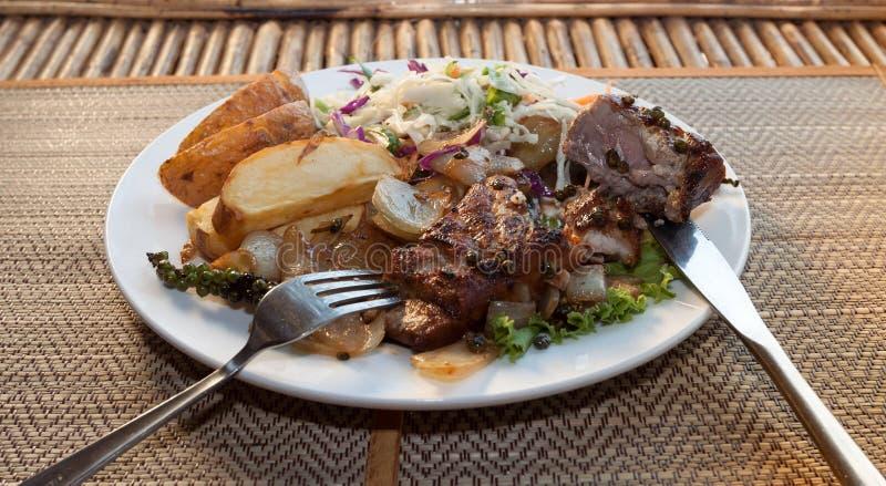 Filete de la barracuda del Khmer con la ensalada vegetal imagen de archivo