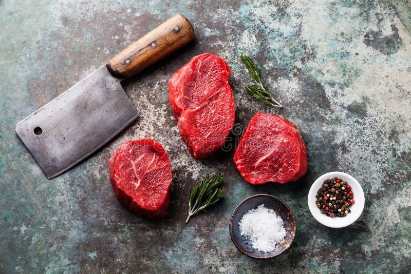 Filete de la carne, condimentos y cuchilla de carne veteados crudos fotografía de archivo libre de regalías