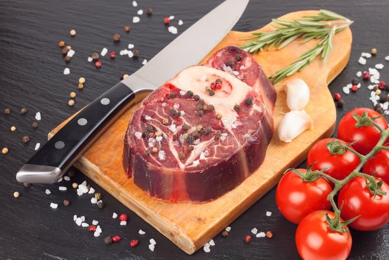 Filete de la carne e ingredientes el cocinar en fondo negro fotografía de archivo